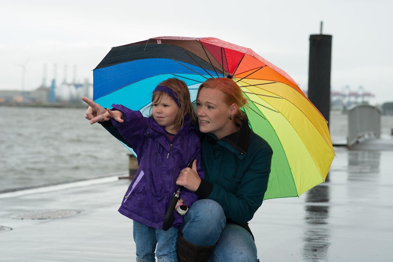 maman-et-fille-sous-pluie-parapluie