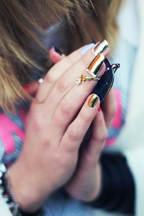 Manucure à effet miroir : le buzz sur Instagram